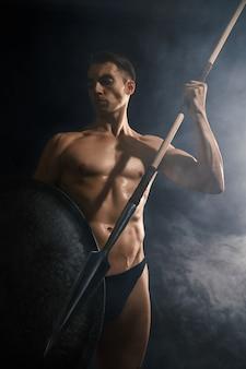 Joven guerrero arrojando lanza