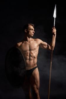 Joven guerrero con lanza y escudo.