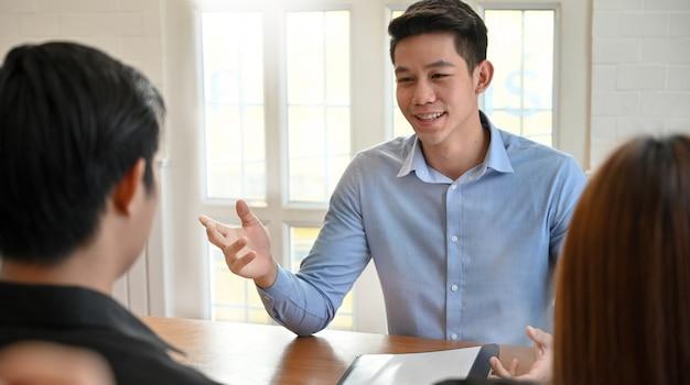 Joven hablando con trabajo de entrevista en la oficina moderna.