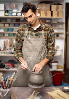 Joven haciendo cerámica en taller
