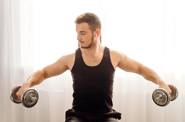Joven haciendo ejercicio físico en casa
