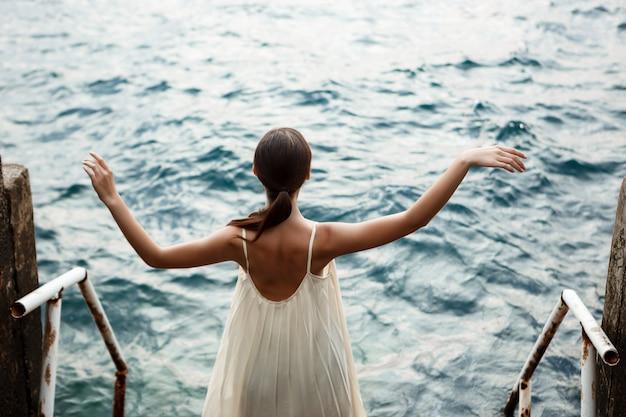 Joven hermosa bailarina bailando y posando afuera