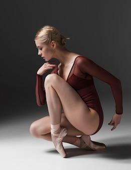 Joven hermosa bailarina de estilo moderno posando