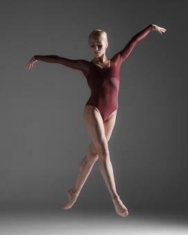 Joven hermosa bailarina de estilo moderno saltando
