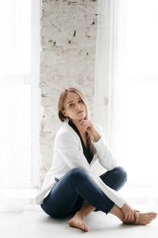 Joven hermosa chica en estudio, retrato de moda