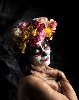 Joven hermosa chica con máscara de muerte tradicional mexicana.