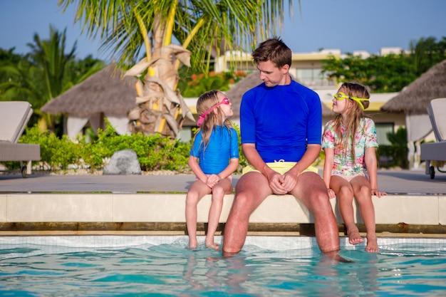 Joven hermosa familia de vacaciones