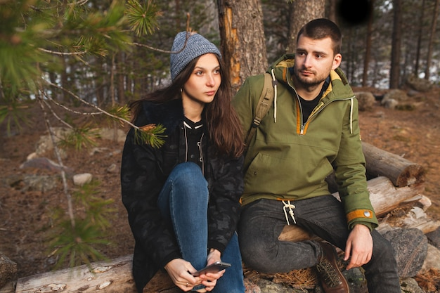 Joven hermosa hipster hombre y mujer enamorados viajando juntos en la naturaleza salvaje