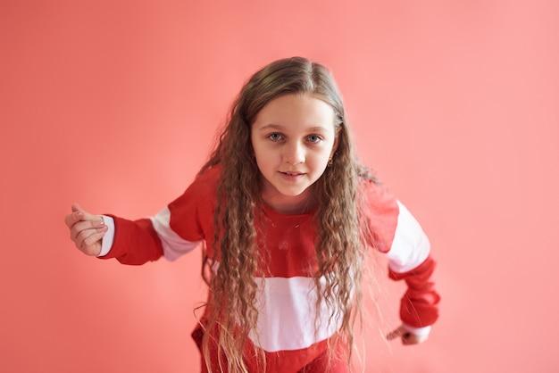 Joven hermosa linda chica bailando, moderno y delgado estilo hip-hop adolescente saltando