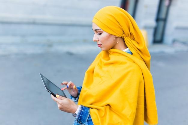 Joven hermosa mujer árabe con hijab