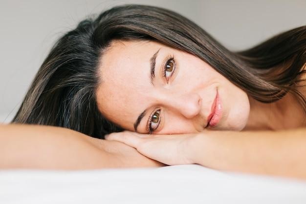 Joven hermosa mujer descansando en la cama. estilo de vida en casa. adentro. retrato