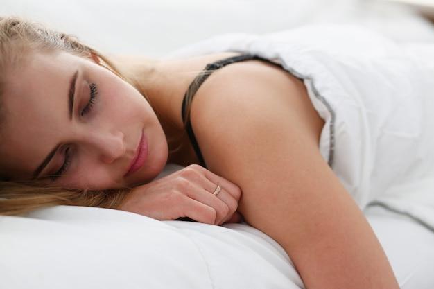 Joven hermosa mujer duerme bien en la mañana