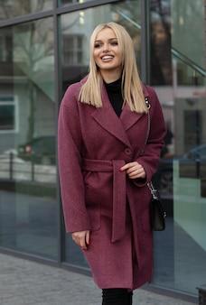 Joven hermosa mujer elegante caminando en la calle, vistiendo abrigo, traje de moda, tendencia otoño.