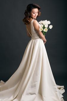 Joven hermosa mujer elegante en vestido de novia