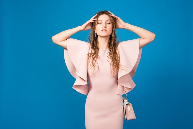 Joven hermosa mujer elegante en vestido rosa