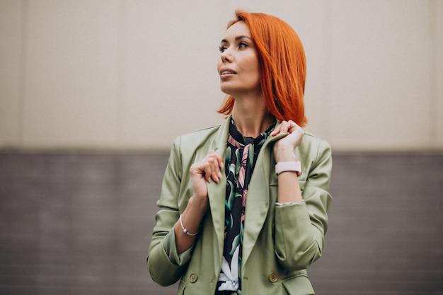 Joven hermosa mujer exitosa en traje verde
