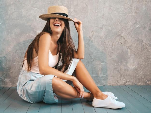 Joven hermosa mujer sonriente mirando. chica de moda en ropa casual de verano.