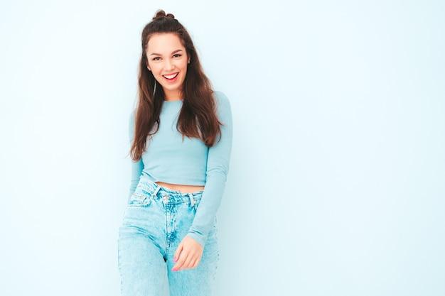 Joven hermosa mujer sonriente en ropa de moda de verano hipster