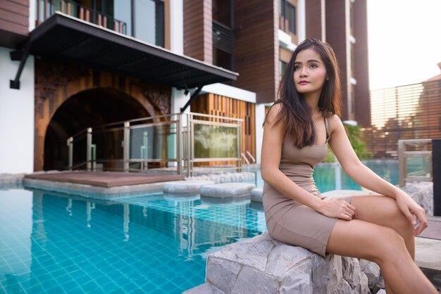 Joven hermosa mujer turista asiática explorando en tailandia