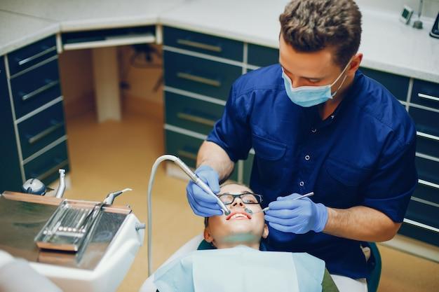 Una joven y hermosa niña trata sus dientes con un dentista