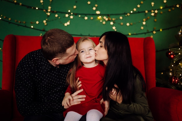 Joven hermosa padre y madre con bebé