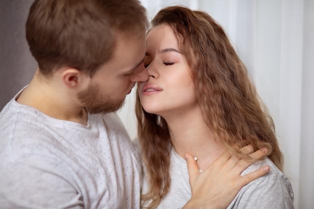 Joven hermosa pareja amorosa antes del beso