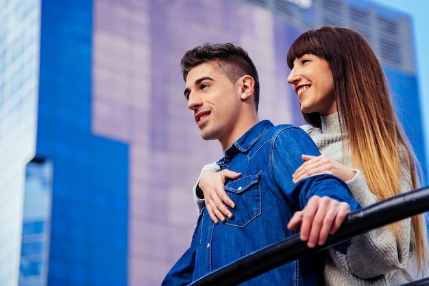 Joven hermosa pareja enamorada abrazándose mutuamente de una manera romántica