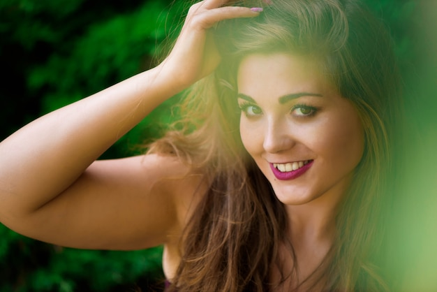 Joven hermosa plus size modelo al aire libre, xxl mujer en la naturaleza.