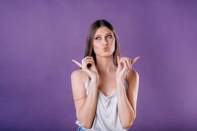 Una joven hermosa posando en púrpura