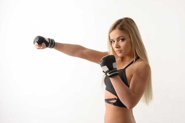 Joven hermosa rubia sexy boxeo chica posando con guantes