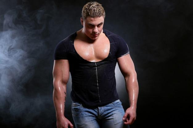Joven y hermoso hombre musculoso