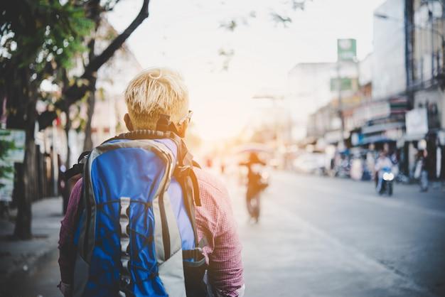 Joven hipster viajar mochilero alrededor de asia. concepto turístico de vacaciones.