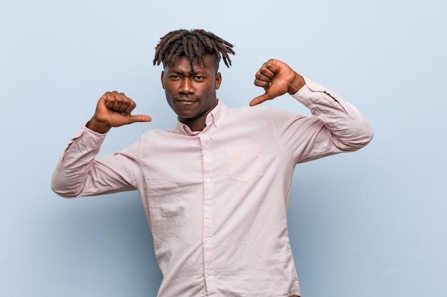 Joven hombre africano de negocios negro se siente orgulloso y seguro de sí mismo, ejemplo a seguir.