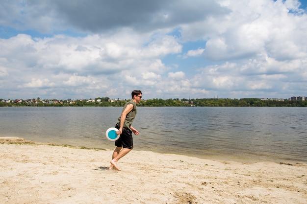 Joven hombre jugando frisbee