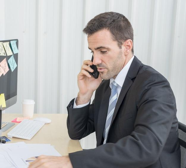 Un joven hombre de negocios caucásico habla solo con su cliente
