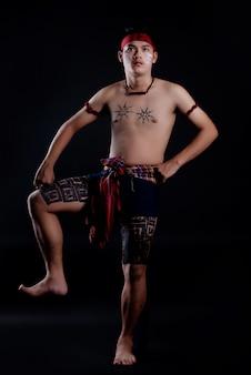 Joven hombre de tailandia con elementos tradicionales