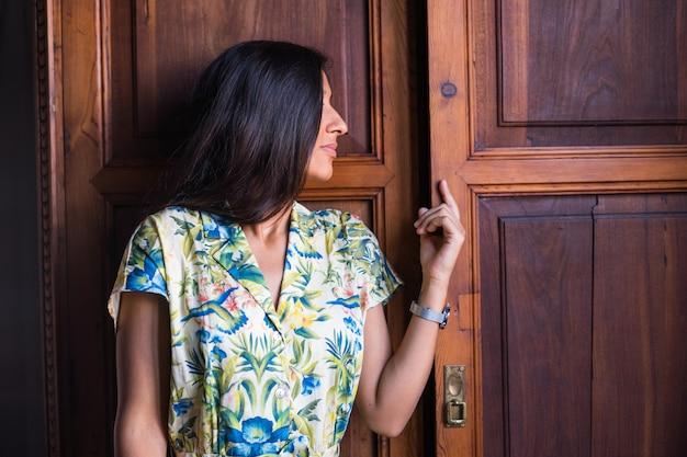 Joven india abre la puerta