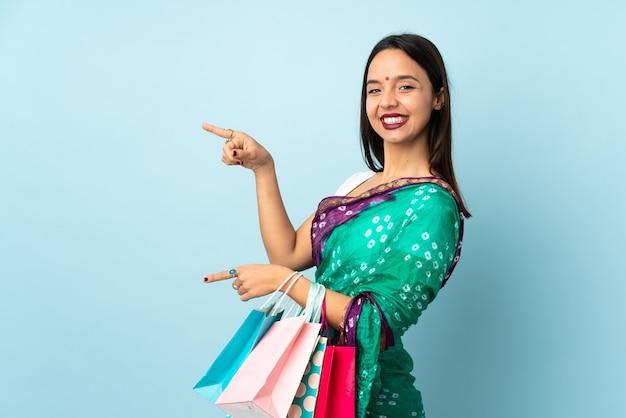 Joven india con bolsas de la compra.