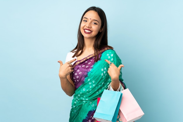 Joven india con bolsas de compras orgullosa y satisfecha