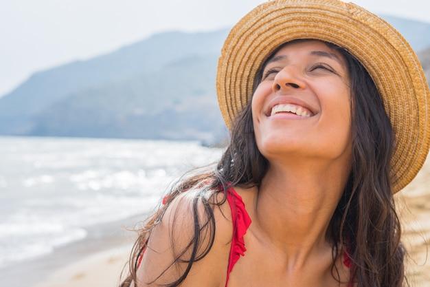 Joven india sonriendo en la playa