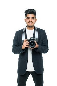 Joven indio con cámara aislada sobre fondo blanco