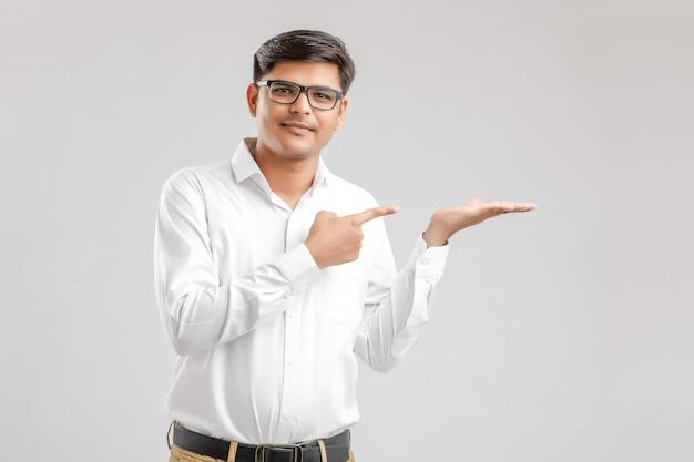 Joven indio mostrando dirección con mano