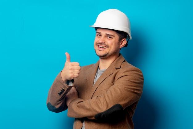 Joven ingeniero en casco y chaqueta
