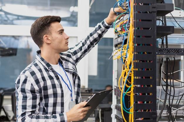 Joven ingeniero eléctrico y cables