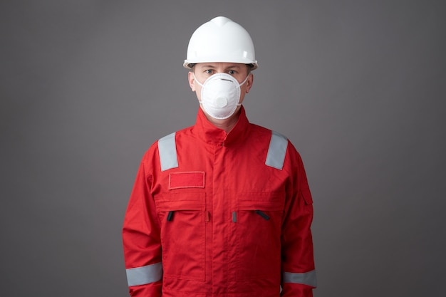 Joven ingeniero trabajador usar casco, mascarilla