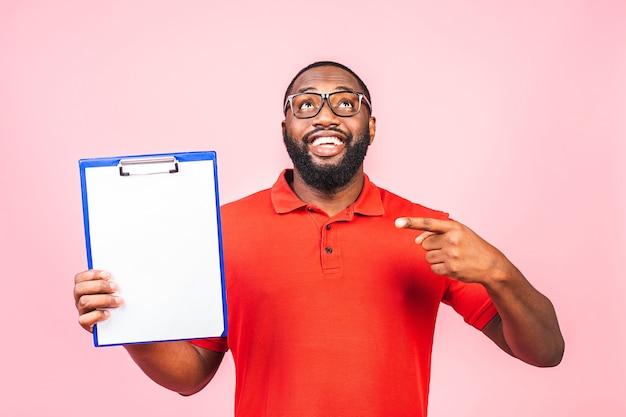 Joven inspector afroamericano hombre con gafas sosteniendo portapapeles