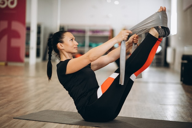 Joven instructora de yoga en el gimnasio