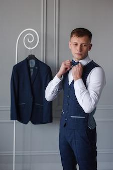 Joven intenta un traje de negocios
