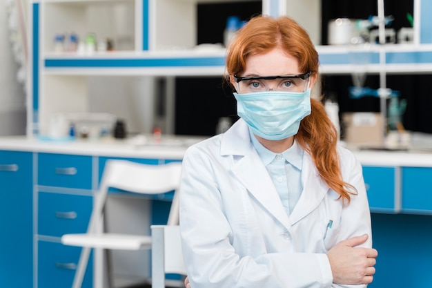 Joven investigador con una máscara