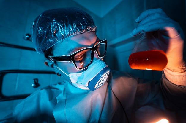 Joven investigador masculino realizando experimento científico.